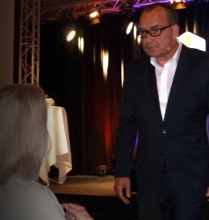 Zum Amüsement aller Gäste: Karsten Brocke erläutert einer Teilnehmerin sehr plastisch, wie Verkaufen funktioniert und wie nicht.