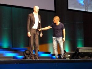 Links: Kabarettist Carsten Höfer, rechts: Körpersprecher Stefan Verra.